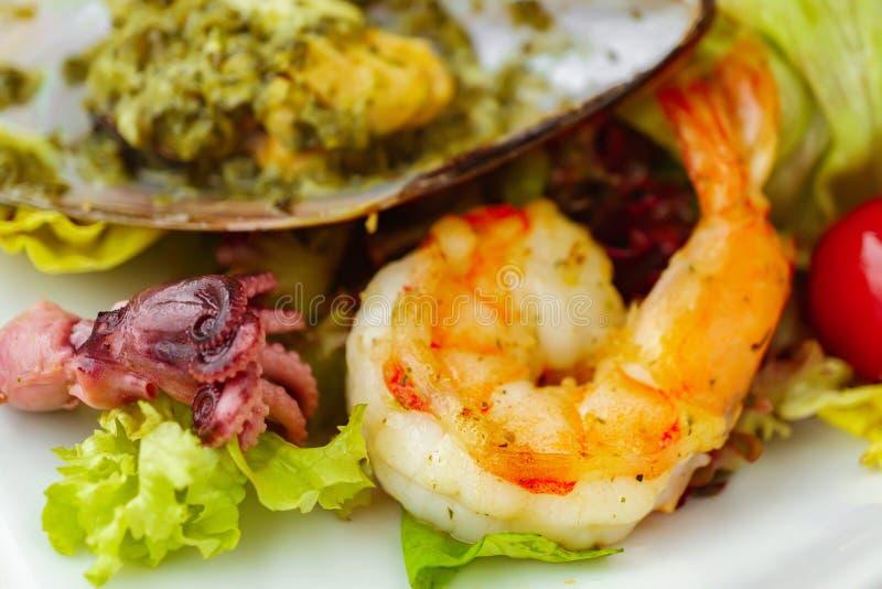 Menú del restaurante de los pescados, ensalada fresca con los mariscos imagen de archivo