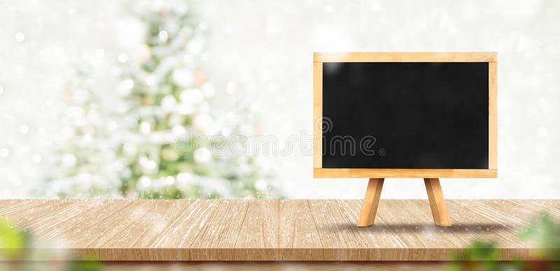 Menú en blanco de la pizarra en la sobremesa de madera del tablón con la bola roja de la decoración del árbol de navidad abstract fotos de archivo libres de regalías