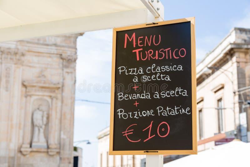 Menú para los turistas en una pizarra en Apulia foto de archivo libre de regalías