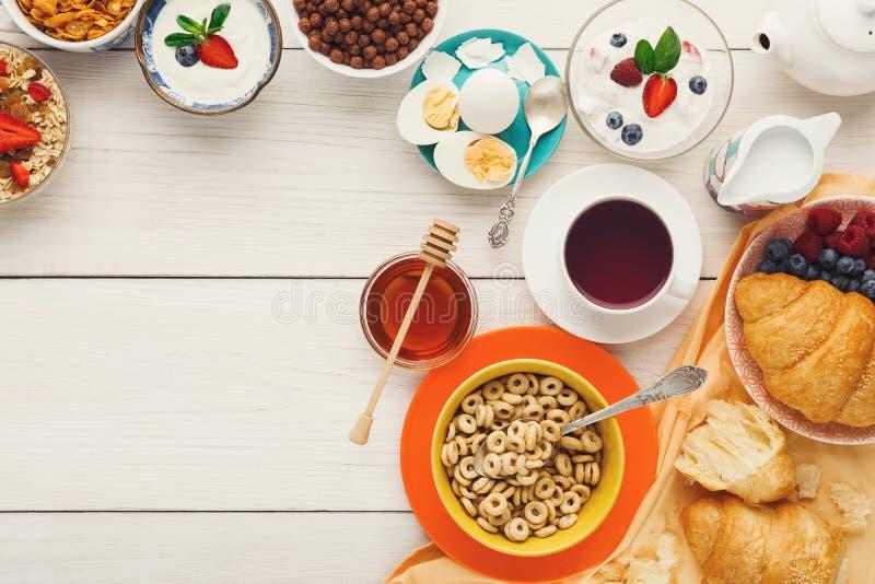 Menú rico del desayuno en la tabla de madera, espacio de la copia foto de archivo