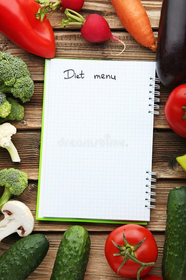 Menü auf Papier mit Gemüse stockfotos