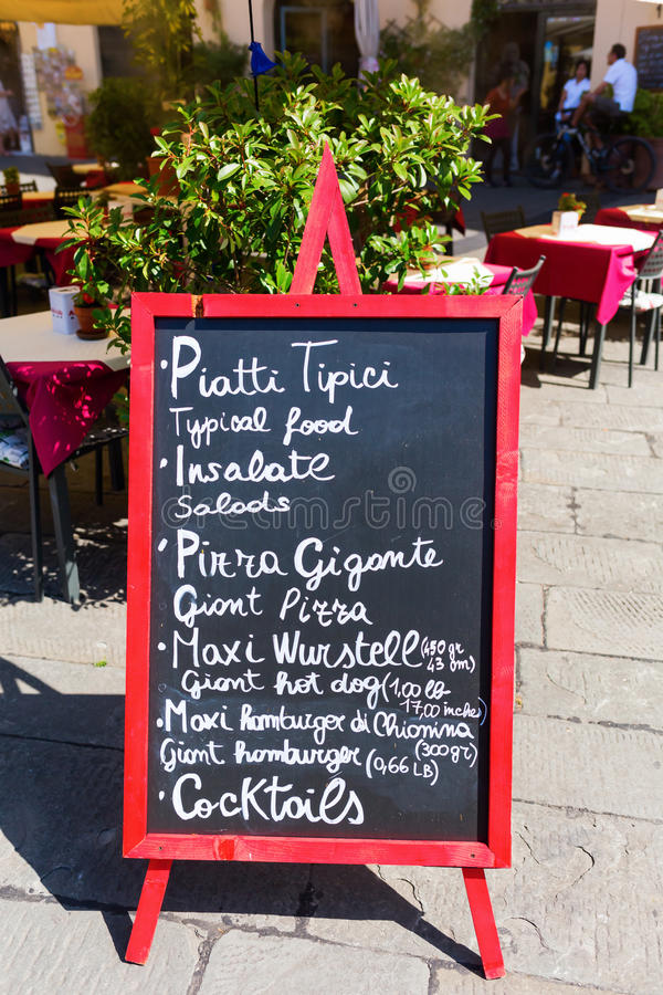 Menübrett an einem italienischen Restaurant in einer italienischen Stadt stockbild