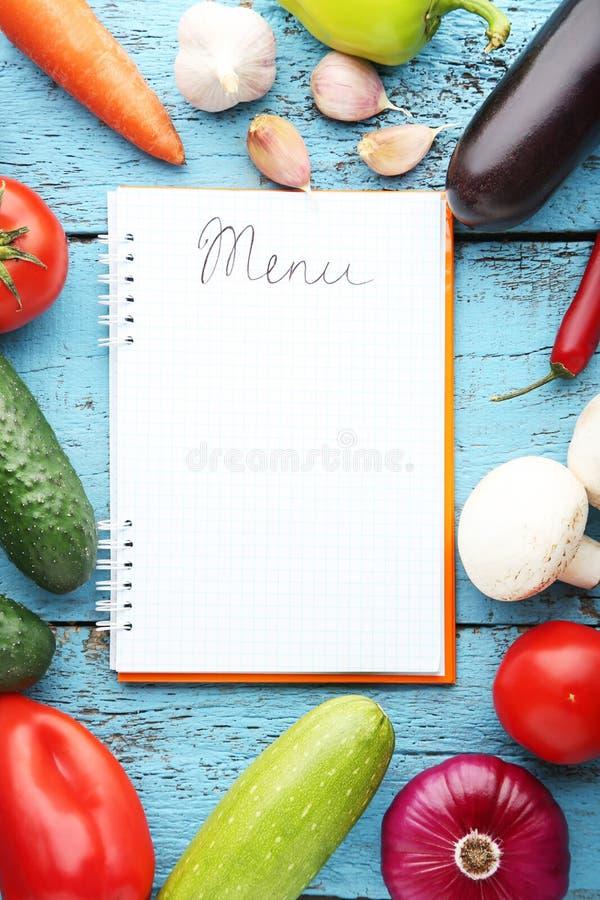 Menübuch mit Gemüse lizenzfreies stockbild