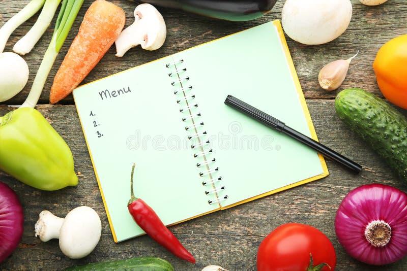 Menübuch mit Gemüse lizenzfreie stockfotos