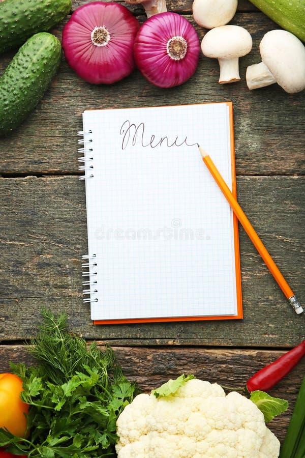 Menübuch mit Gemüse lizenzfreie stockfotografie