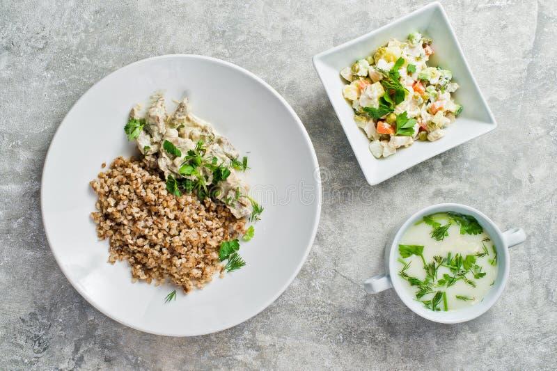 Menübusiness-lunch-Restaurant, Stroganoff, grüner Salat und Hühnersuppe lizenzfreie stockbilder