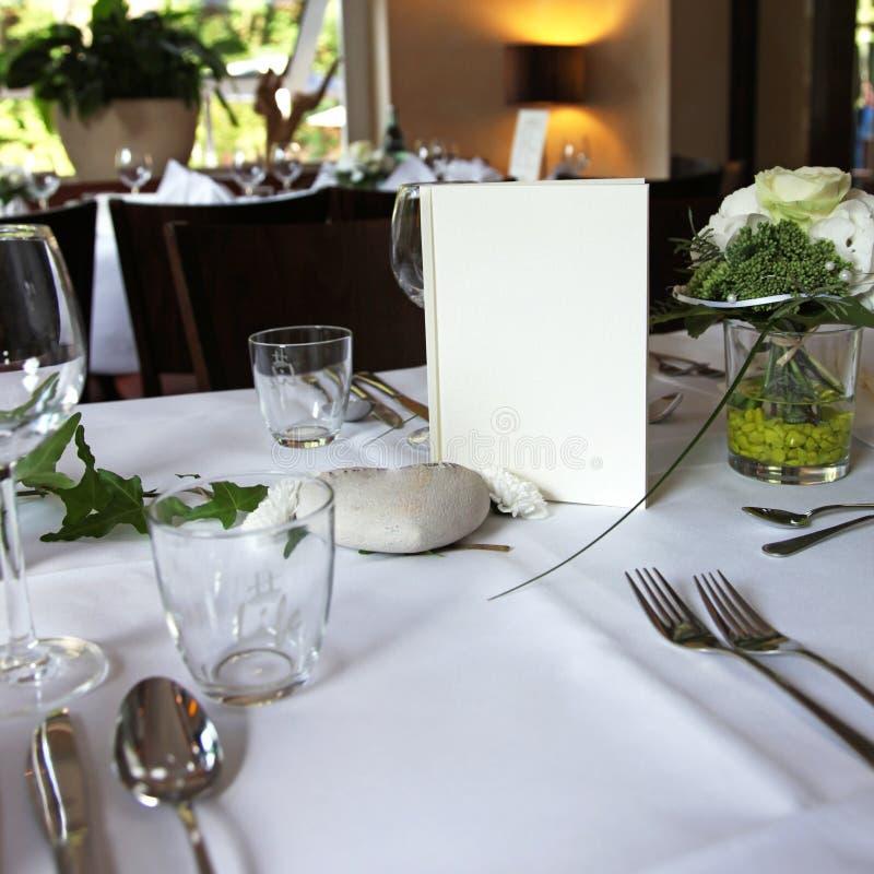 Menükarte auf einer elegant eingestellten Tabelle lizenzfreie stockfotos