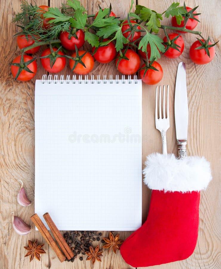 Menükarte der frohen Weihnachten Tomaten, Knoblauch, Petersilie und Gewürze auf dem hölzernen Hintergrund mit Raum für Text stockbilder