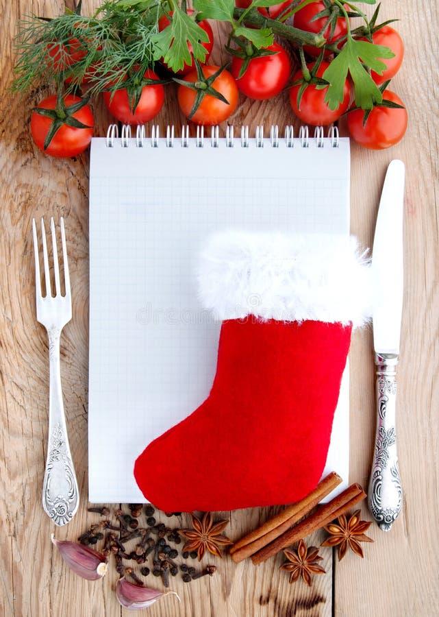 Menükarte der frohen Weihnachten Tomaten, Knoblauch, Petersilie und Gewürze auf dem hölzernen Hintergrund mit Raum für Text Besch lizenzfreies stockfoto