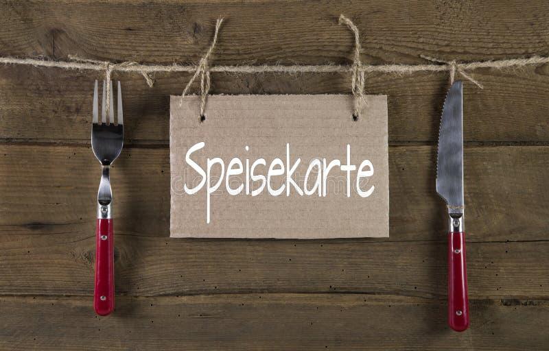 Menükarte im alten rustikalen Landhausstil mit deutschem Text und Messer lizenzfreie stockfotos
