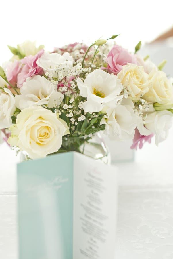 Menükarte mit schönen Blumen auf Tabelle stockfotos