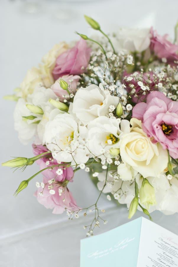 Menükarte mit schönen Blumen auf Tabelle im Hochzeitstag stockfoto