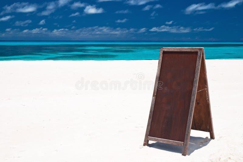 Menüvorstand am Strand stockfotos