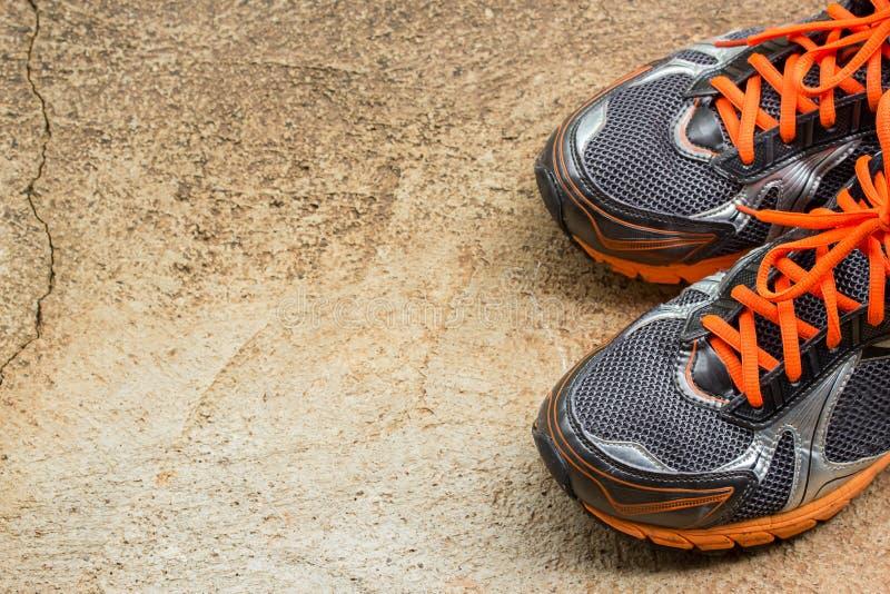 Men& x27; ботинки s идущие на улице стоковое фото