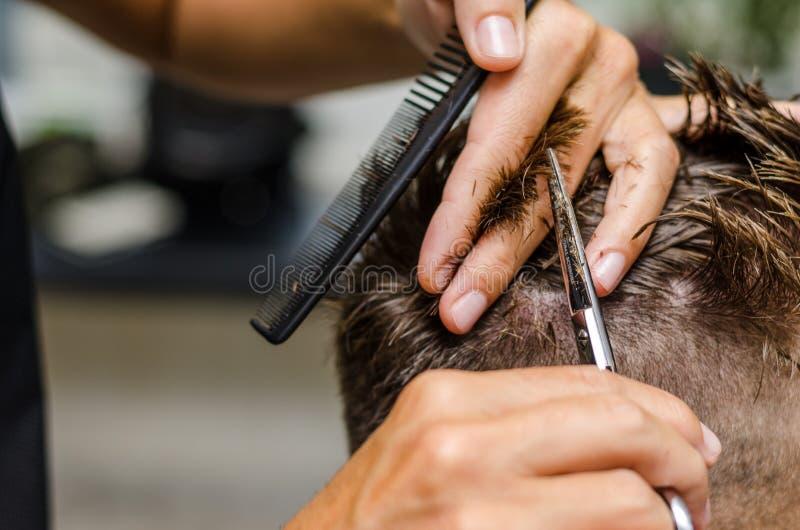 Men& x27; ножницы вырезывания волос s в салоне красоты стоковая фотография rf