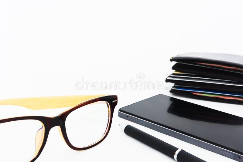 men';s辅助部件、玻璃、笔、手机和棕色皮革钱包在白色背景,拷贝空间 免版税库存照片