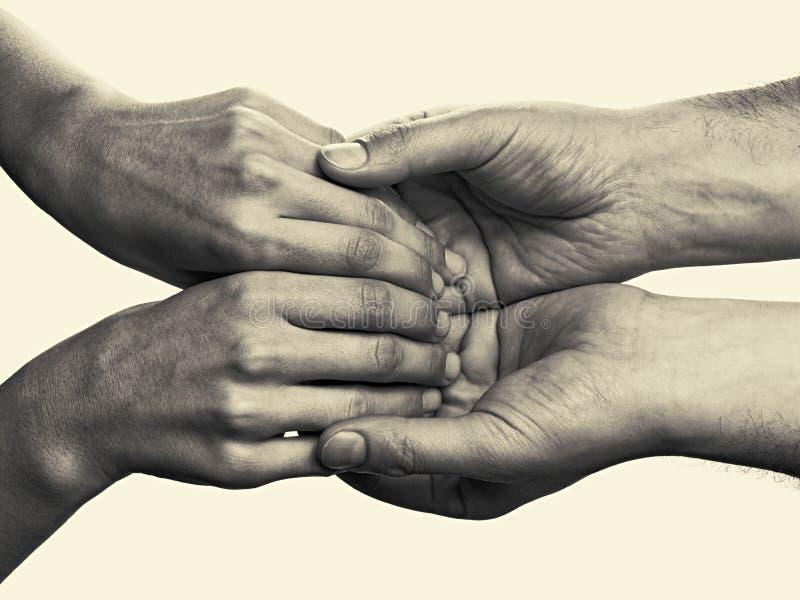 Men& x27; as mãos de s guardam as palmas fêmeas foto de stock royalty free