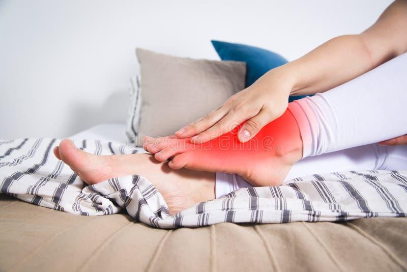 Men för ben för kvinna` s, smärtar i foten, massage av kvinnlig fot royaltyfri bild