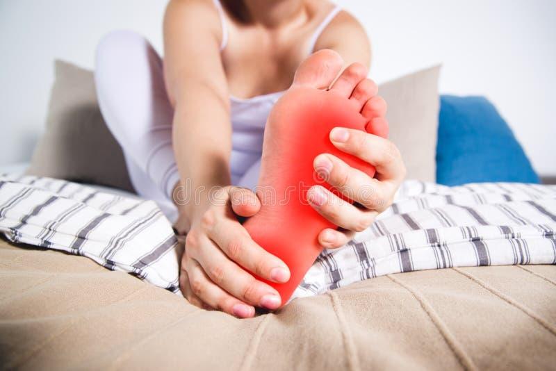 Men för ben för kvinna` s, smärtar i foten, massage av kvinnlig fot royaltyfria bilder
