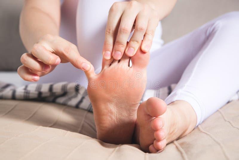 Men för ben för kvinna` s, smärtar i foten, massage av kvinnlig fot royaltyfri fotografi