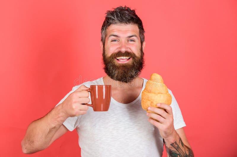 Men första kaffe Tyck om varje smutt av kaffe Den uppsökte hipsteren tycker om frukostdrinkkaffe Gastronomiskt nöje man arkivfoto