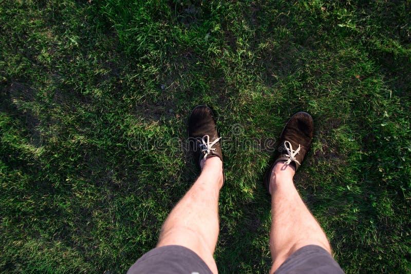 Men& x27 ; jambes de s dans des chaussures brunes photo libre de droits