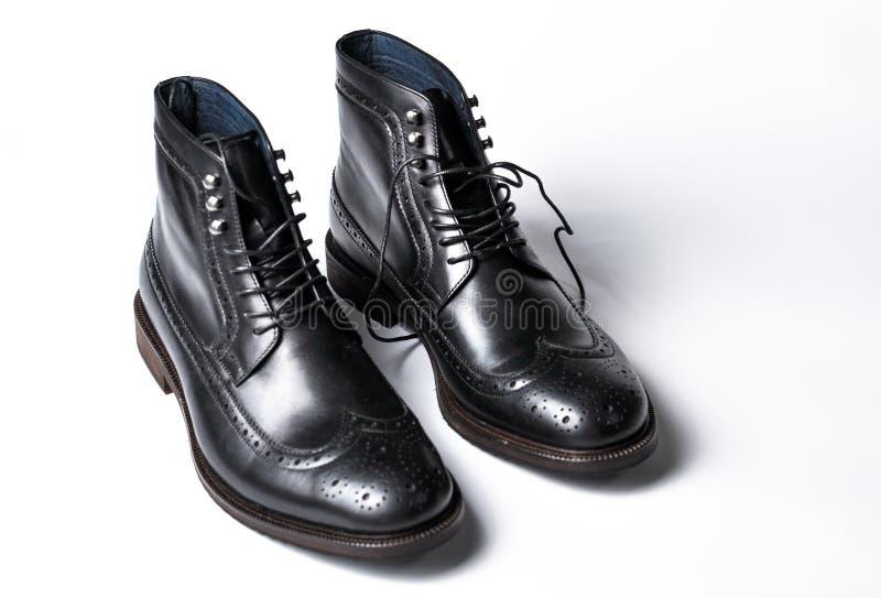 Men' klassiska svarta djupa skor för s som isoleras på vit bakgrund Modern men' s-svartskor fotografering för bildbyråer