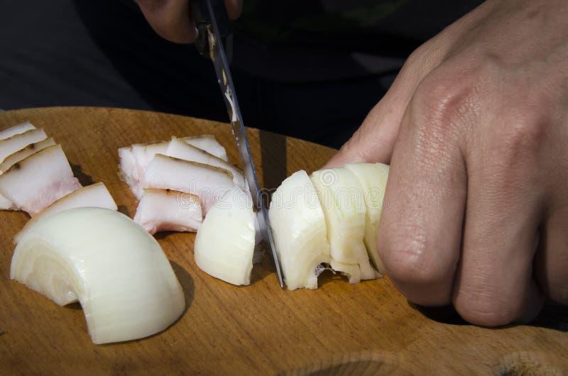 Men& x27; s de reuzel en de uien van de handenbesnoeiing op een houten raad royalty-vrije stock foto's