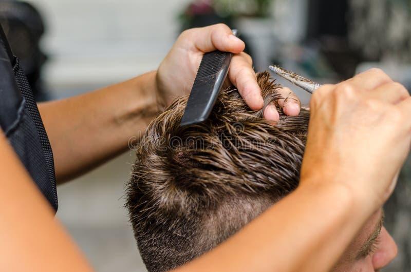 Men& x27; s włosiani tnący nożyce w piękno salonie zdjęcia royalty free
