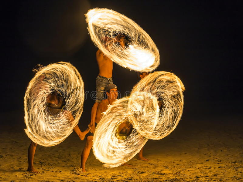 4 men Show spinning fire on the beach stock photography