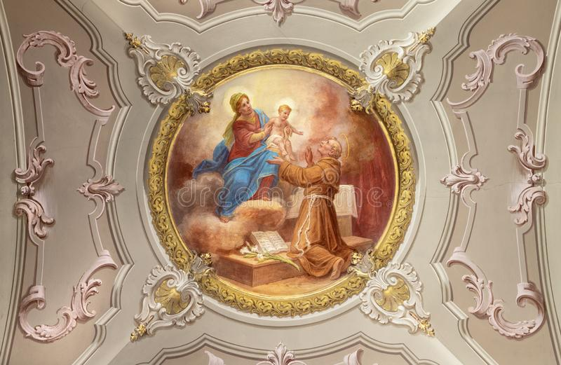 MENAGGIO, ITÁLIA - 8 DE MAIO DE 2015: O afresco neobarroco de Antônio de Pádua na igreja chiesa de Santo Stefano por Luigi Taglia imagens de stock
