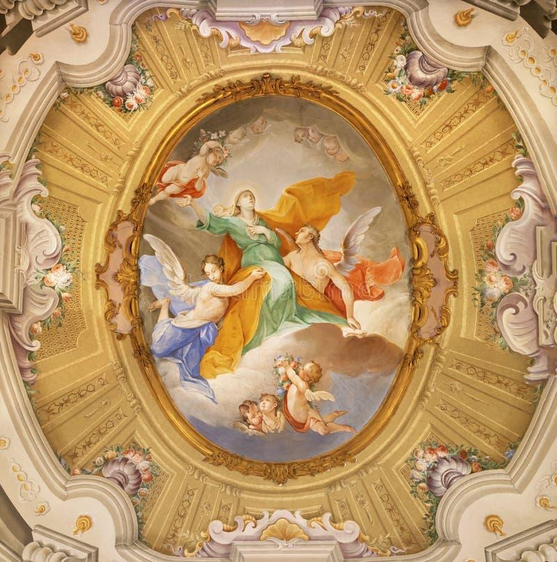 MENAGGIO, ITÁLIA - 8 DE MAIO DE 2015: O afresco neobarroco da Assunção da Virgem Maria na igreja chiesa de Santa Marta imagens de stock royalty free