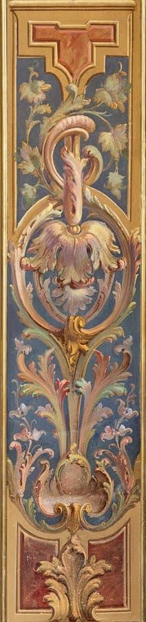 MENAGGIO, ITÁLIA - 8 DE MAIO DE 2015: O fresco decorativo floral neobarroco na igreja chiesa di Santo Stefano de Luigi Tagliaferr fotos de stock