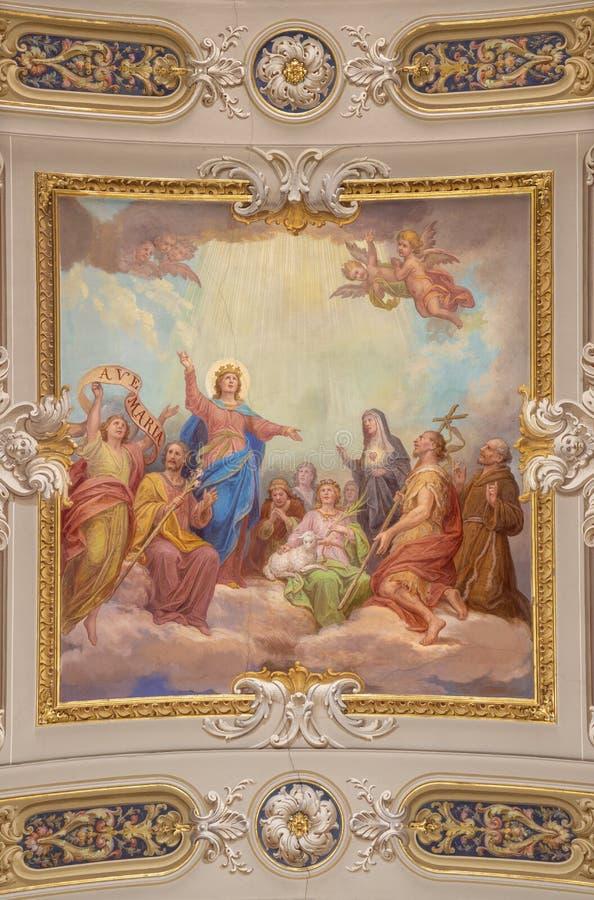 MENAGGIO, ITÁLIA - 8 DE MAIO DE 2015: O fresco neobarroco do teto da Glorificação da Virgem Maria na igreja chiesa de Santo Stefa foto de stock royalty free