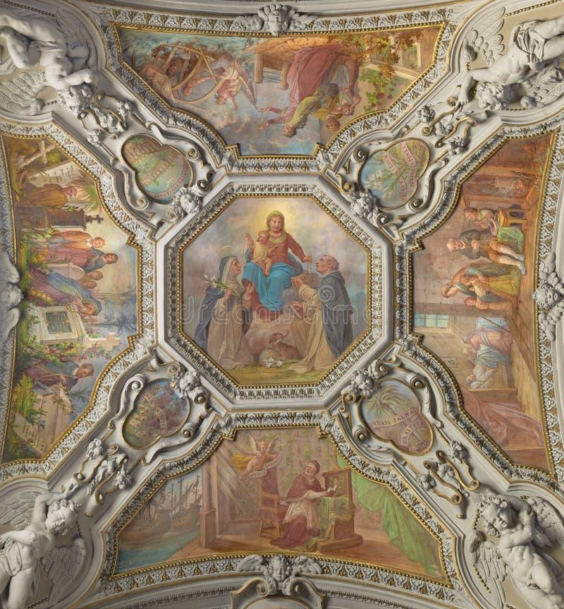 MENAGGIO, ITÁLIA - 8 DE MAIO DE 2015: O fresco neobarroco do teto de Madonna de Rosary na igreja de Santo Stefano por Luigi Tagli foto de stock
