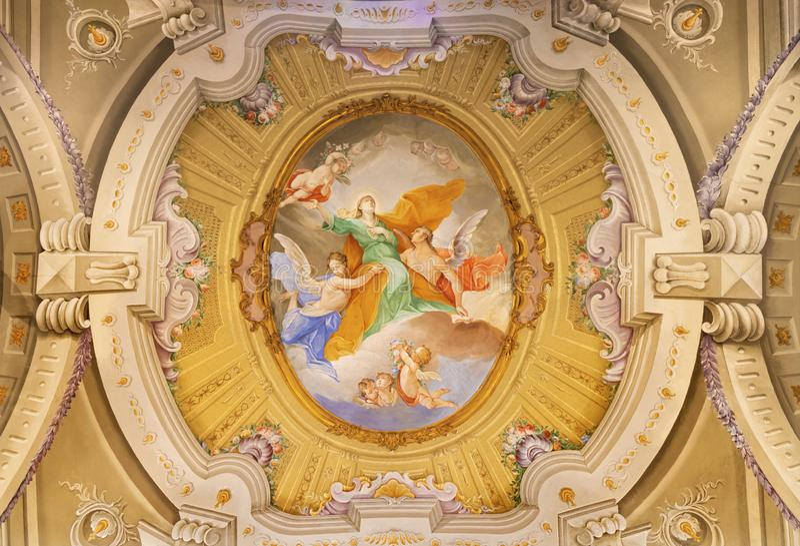 MENAGGIO, ITALIË - MEI 8, 2015: De neobaroquefresko van Veronderstelling van Maagdelijke Mary in Di Santa Marta van kerkchiesa stock foto's