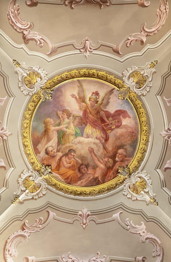 MENAGGIO, ITALIA - 8 DE MAYO DE 2015: El fresco neobarroco Último juicio en la iglesia chiesa di Santo Stefano por Luigi Tagliafe imagen de archivo libre de regalías