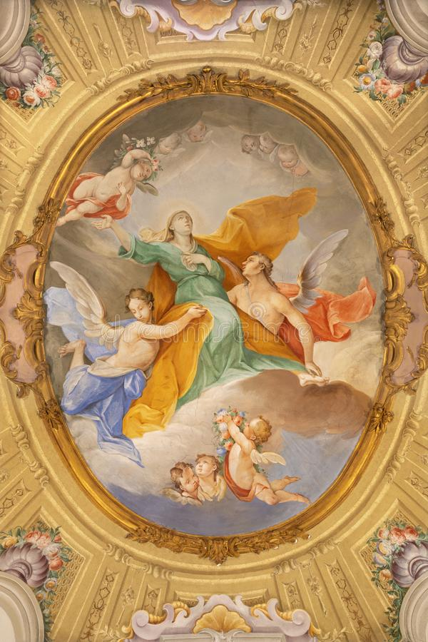 MENAGGIO, ITALIA - 8 DE MAYO DE 2015: El fresco neobarroco de la Asunción de la Virgen María en la iglesia Chiesa di Santa Marta imágenes de archivo libres de regalías