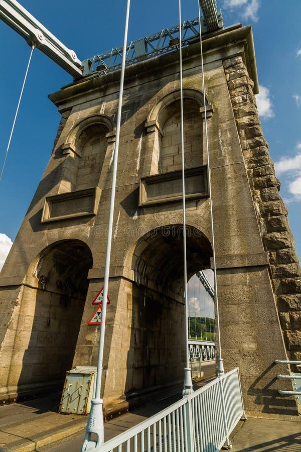 Menai吊桥的塔在Anglesey和m之间 免版税库存图片