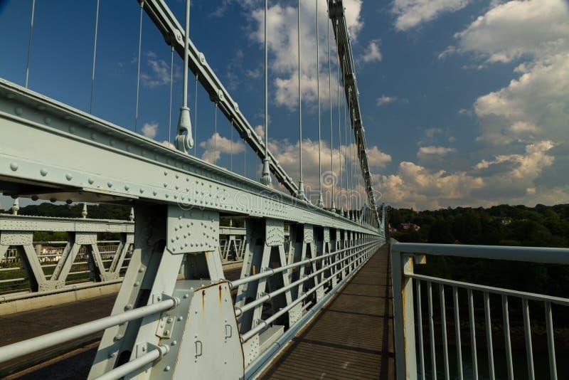 Menai吊桥的甲板在Anglesey和ma之间 免版税库存图片