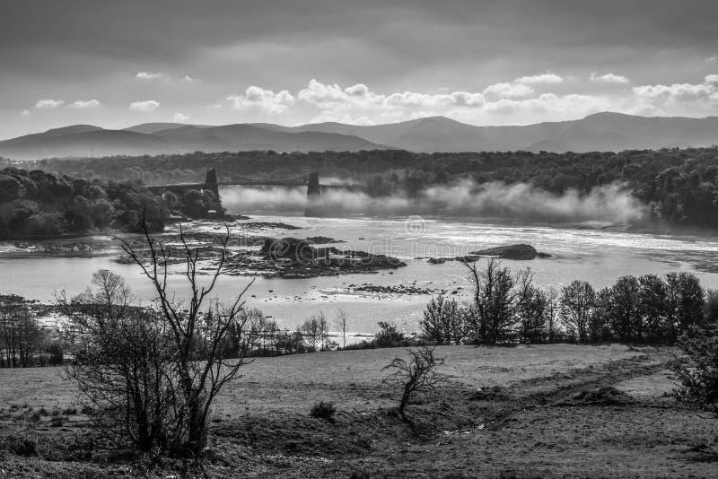 Menai桥梁和薄雾在Menai海峡 免版税库存图片