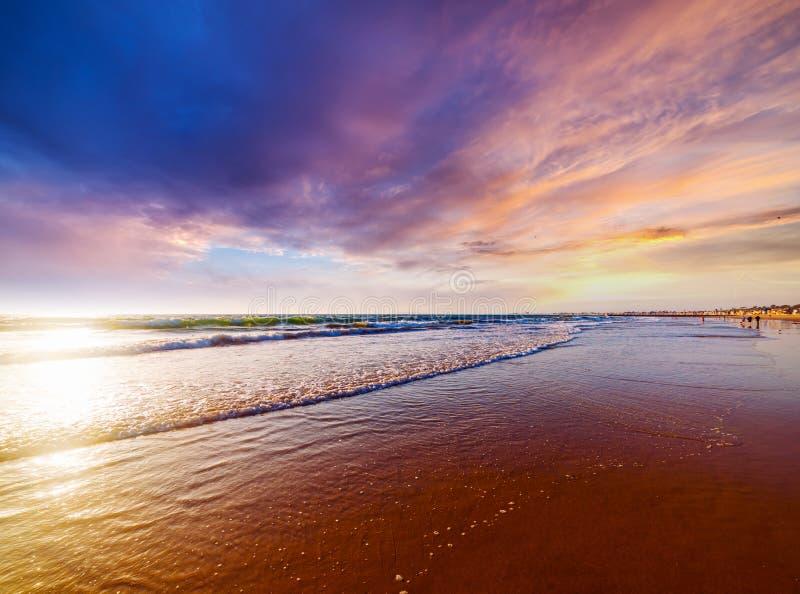 Menchia chmurnieje nad newport beach przy zmierzchem obrazy stock