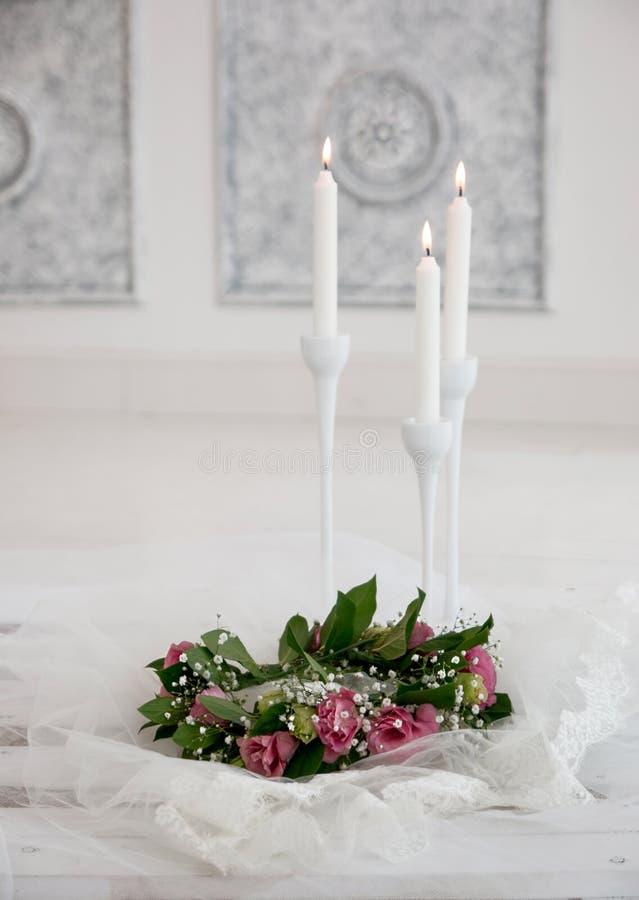 Menchia kwiaty w bukiecie są pobliskimi świeczkami obraz royalty free
