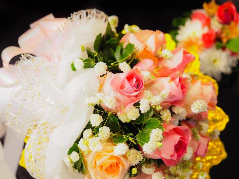 Menchie i pomarańcze róża z biały mały kwiat stawiającym dalej Asia stylowy p zdjęcia stock