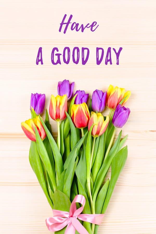 Menchie, purpury, żółci tulipany na drewnianym tle, kwiatu przygotowania Dobrego dnia kartka z pozdrowieniami zdjęcia royalty free