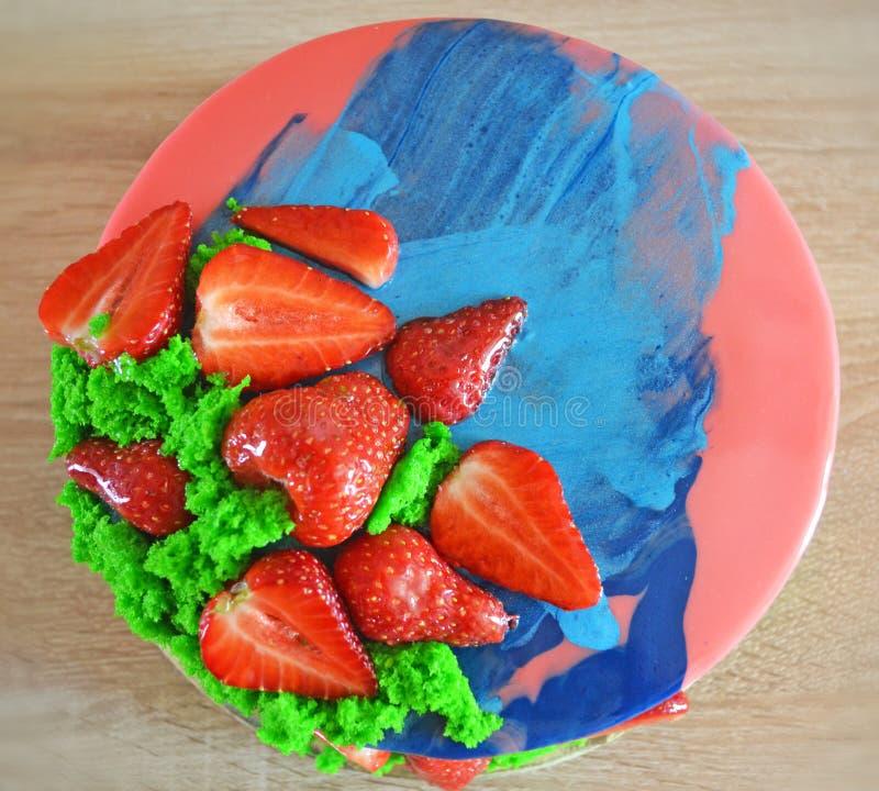 Menchii i b??kita lustra glazerunku mousse zasycha z jagodami i g?bki bisquit Domowej roboty truskawka tort ilustracja wektor