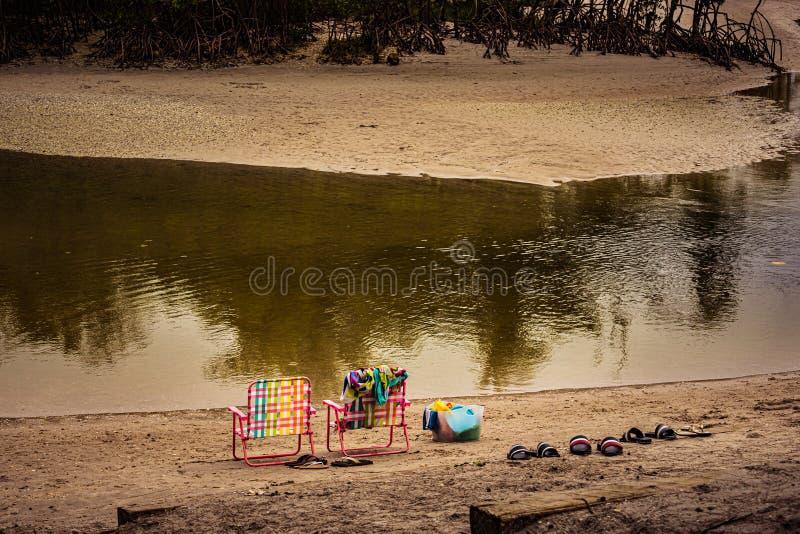Menchii krzesła, Kolorowi ręczniki & plaż zabawki, zdjęcie stock