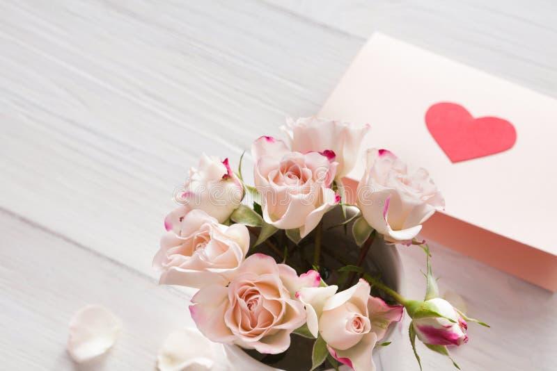Menchii róża kwitnie bukiet i handmade kartka z pozdrowieniami na białym nieociosanym drewnie obraz stock