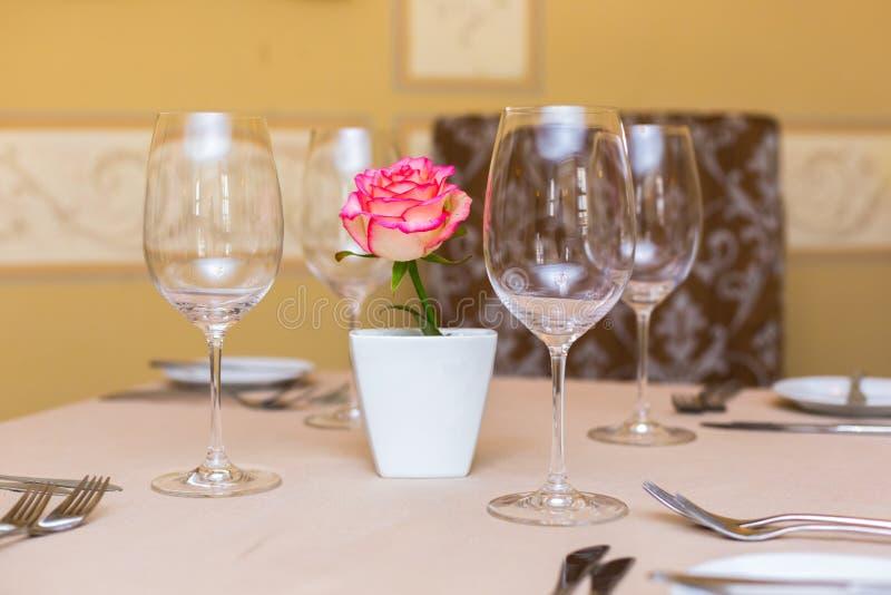 Menchii róża w wazie jako stołowa dekoracja Zgłasza położenie obrazy stock