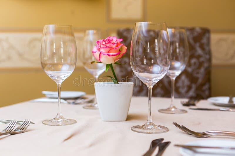 Menchii róża w wazie jako stołowa dekoracja Zgłasza położenie fotografia royalty free